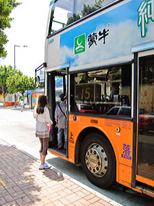 Bus 15 to The Peak takes exact change or Octopus stored value cards. Pay as you enter the bus.